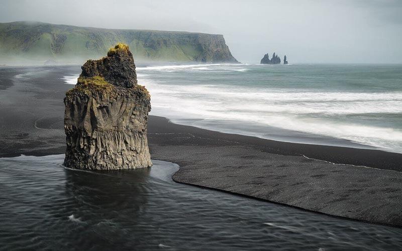 Почему песок на пляже Рейнисфияра в Исландии черного цвета?