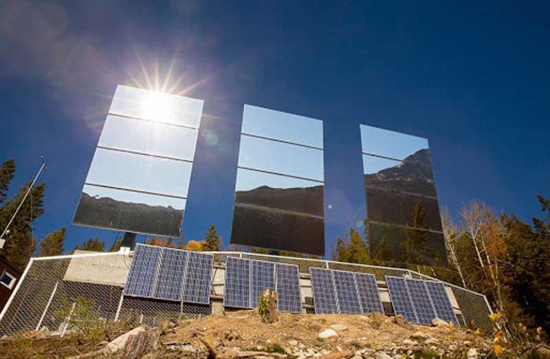 И вот осенью 2013 года альпинисты установили огромный зеркальный экран на высоте 450 метров над Рьюканом.