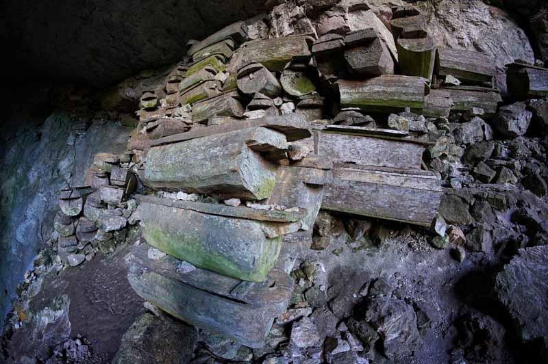 Захоронение в выдолбленных из бревен гробах на острове Лусон