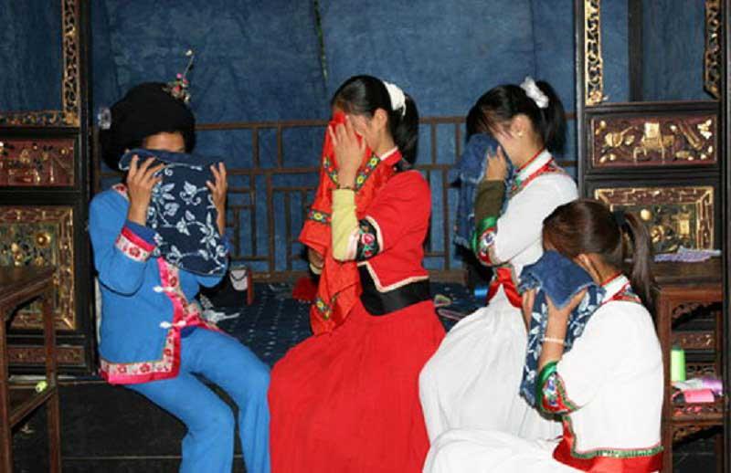 Невесты в Китае перед свадьбой плачут весь месяц