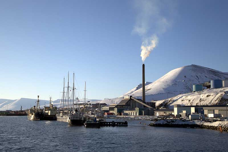 Поскольку Лонгйир расположен за Полярным кругом, там четко выражен полярный день и полярная ночь.