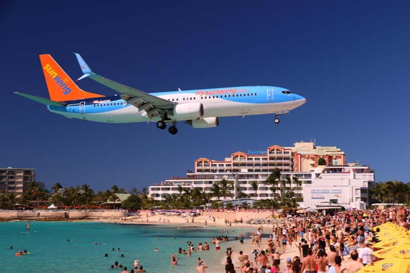 Пляж Махо, где самолет проносится прямо над головами отдыхающих