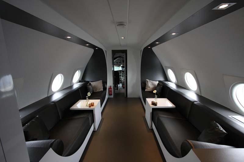 Vliegtuigsuite. Оригинальность гостиницы состоит в том, что она сделана в старом настоящем истребителе ИЛ-18, который когда-то парил в небесах.
