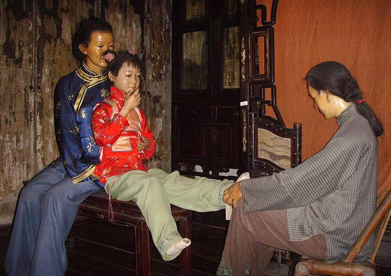 С какой целью бинтовали ноги девочек в Китае