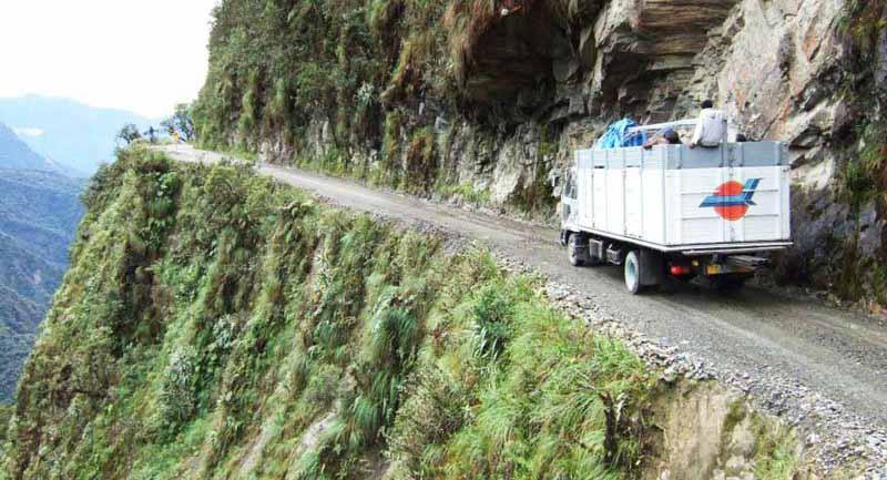 Дорога Смерти — это отрезок автомобильной дороги высоко в горах, который соединяет один из крупнейших городов Ла-Пас, расположенный на вершине бывшего вулкана, с районом страны Юнгас