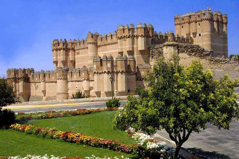 Располагается замок неподалеку от Сеговии