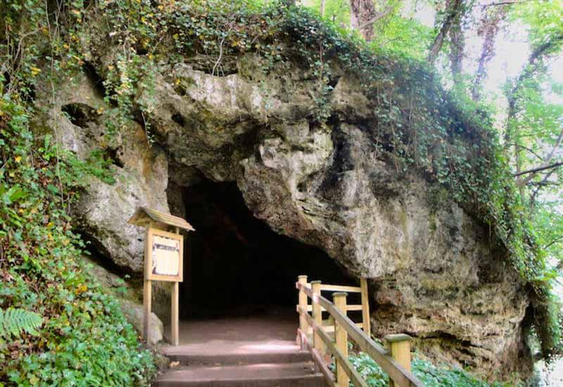 Пещера с каменным водопадом