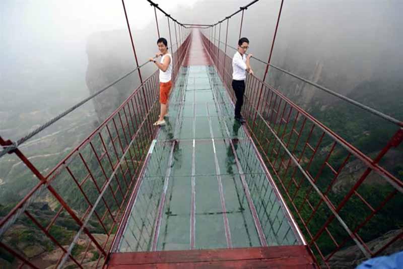туристы поднимаются на мост