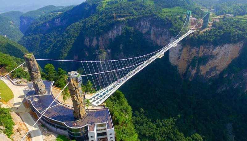 Располагается конструкция на горе Тяньмэнь.