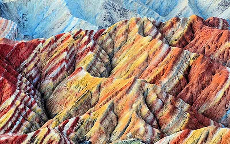 В Перу цветные горы располагаются рядом с полосатыми холмами