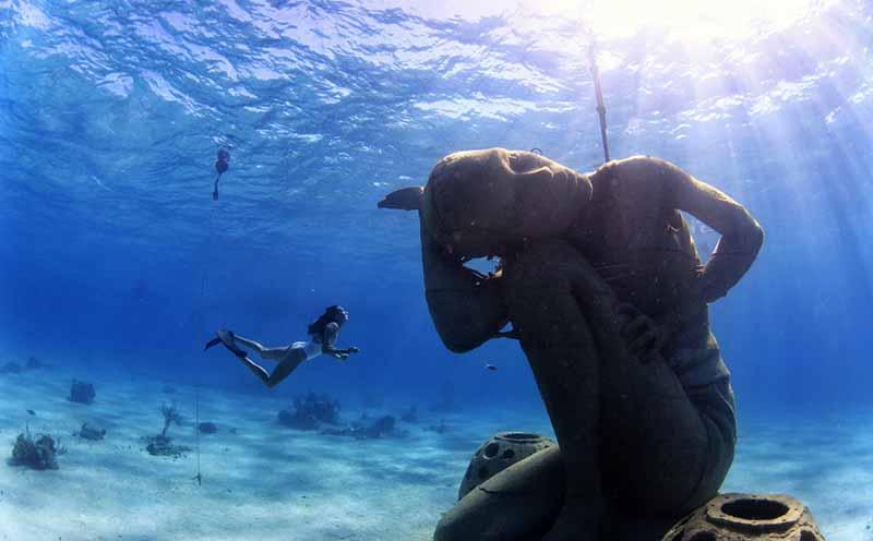 Огромная скульптура «Океанский Атлант», которая находится под водой