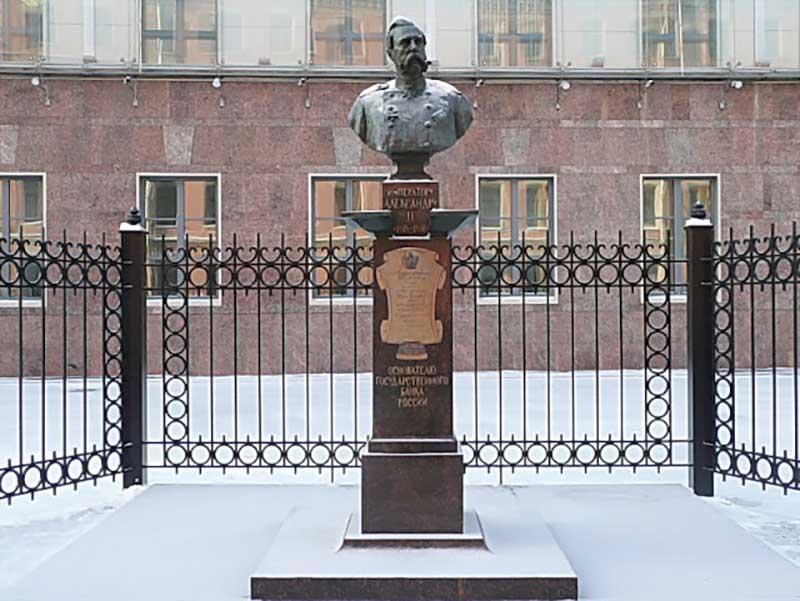 Желающие могут только посмотреть похожий памятник Александру II, находящийся у здания Государственного банка РФ