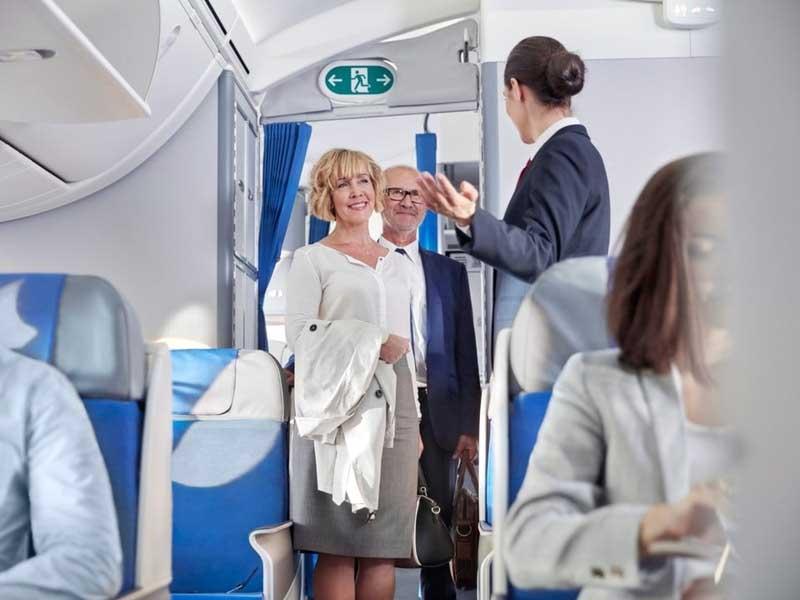 На что обращают внимание стюардессы при входе пассажиров в самолет?