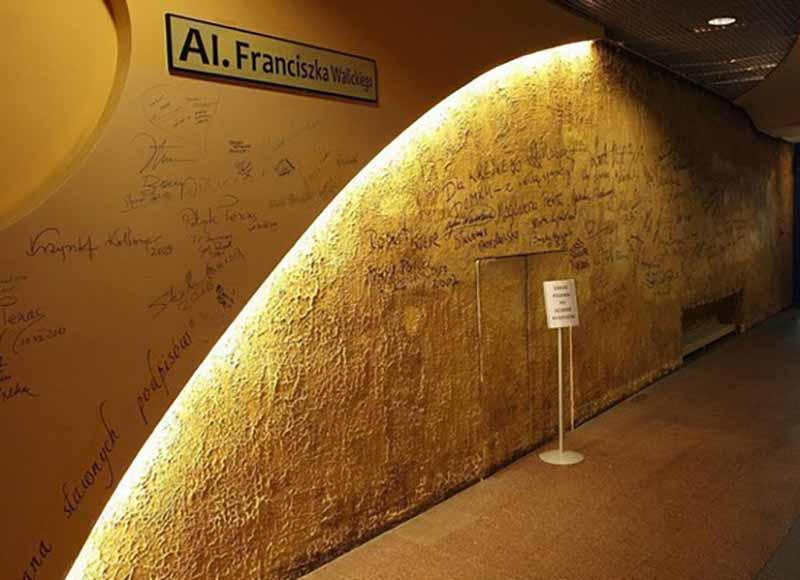 Со временем, когда популярность Кривого дома набирала обороты, администрация здания разместила внутри Стену Славы.