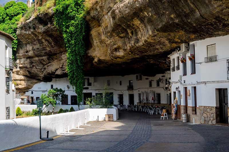 Город с домами, прижатыми к скалам