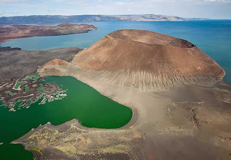 На территории республики Кения находится озеро Туркан, в южной части которого расположен небольшой остров Энваитенет.