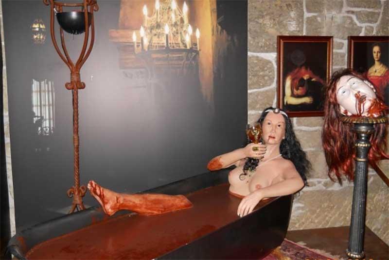 графиня Батори, лежащая в ванной, наполненной кровью. Уж о них наверняка знают все.