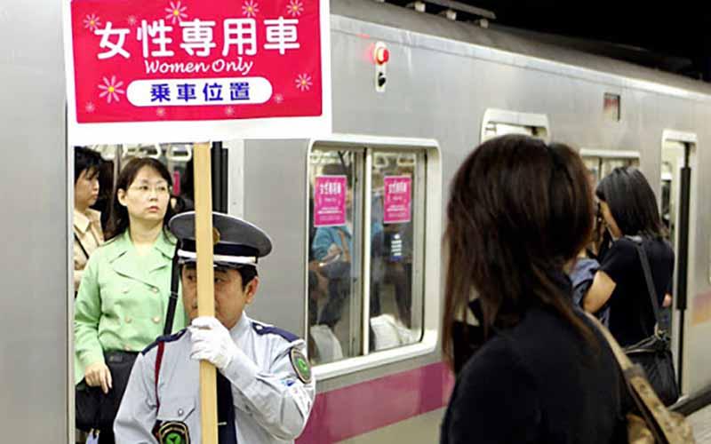 Поведение в общественном транспорте Япония
