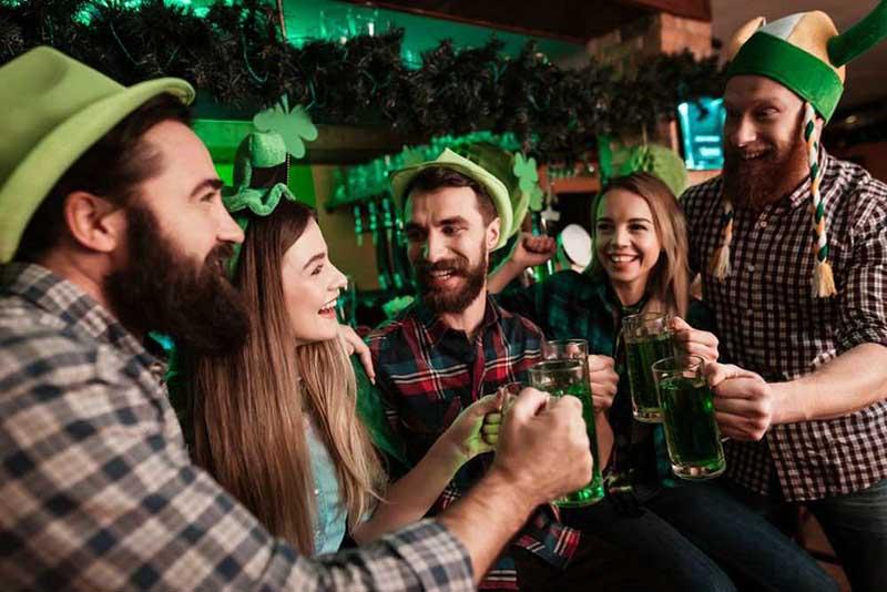многие жители с удовольствием надевают зеленый головной убор, участвуя в различных костюмерных представлениях.