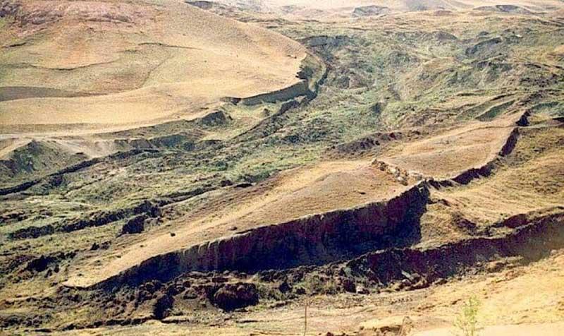 Действительно, у подхода к горе находится курдское поселение, в котором местные жители собственными силами построили музей Ноева ковчега