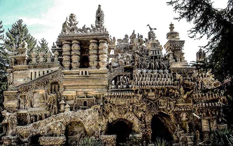 История о том, как почтальон насобирал камни на целый замок