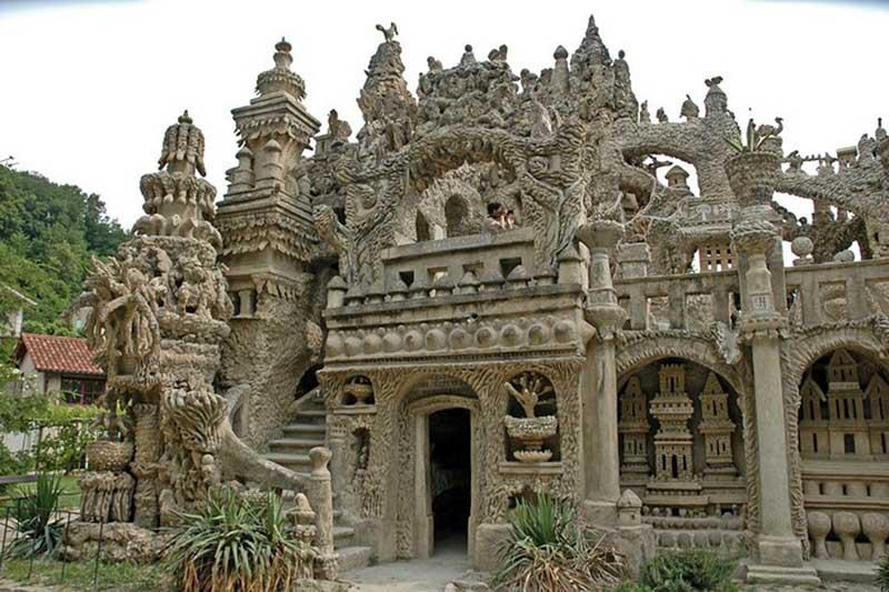 Обделенный архитектурным образованием, он возводил стены своего строения по наитию, вспоминая замки и дворцы,