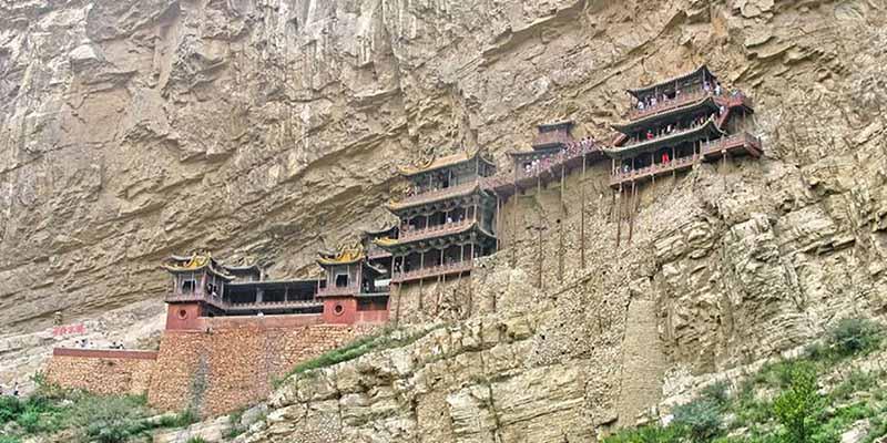 Китайский монастырь Сюанькун-сы, который будто висит на скале