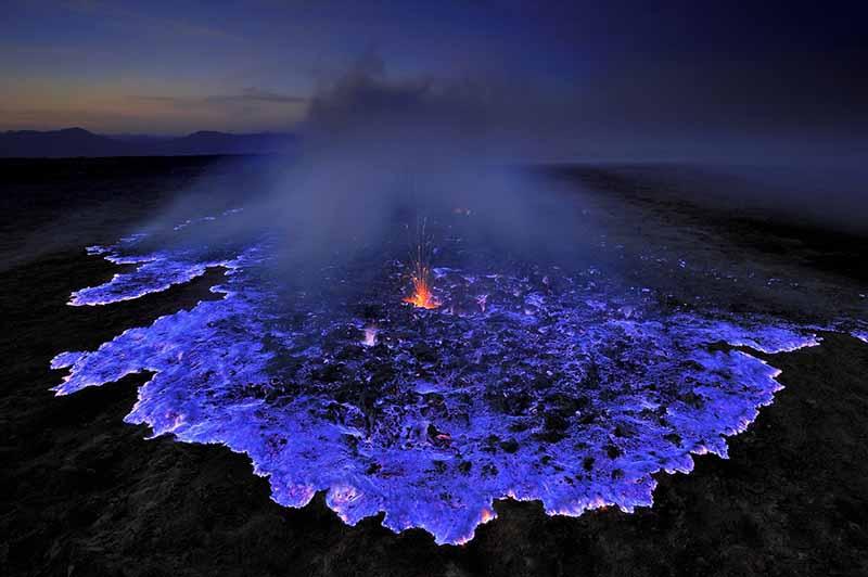 Неописуемо красивый вулкан Иджен с лавой голубого цвета