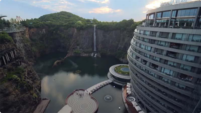 Внутреннее убранство подземного отеля в Китае