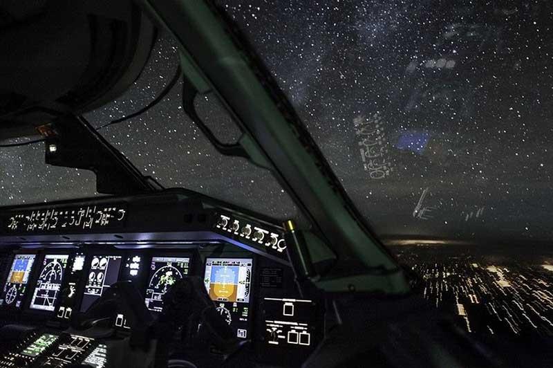 пространство перед самолетом и помогает ему не сойти с нужной полосы.  Ночной пейзаж из кабины пилота