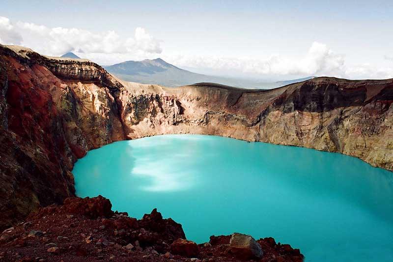 По какой причине на экскурсию к озеру на Камчатке нужно ехать в противогазе