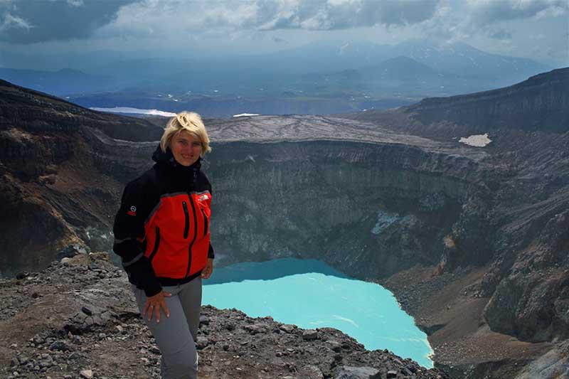 В связи с плохо развитой транспортной инфраструктурой на Камчатке посетить кратер вулкана можно только пешком, в составе экскурсионной группы, или забронировав обзорную экскурсию на вертолете.