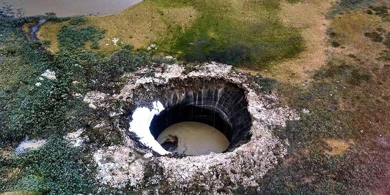 образованные кратеры являются следствием взрыва газа под землей