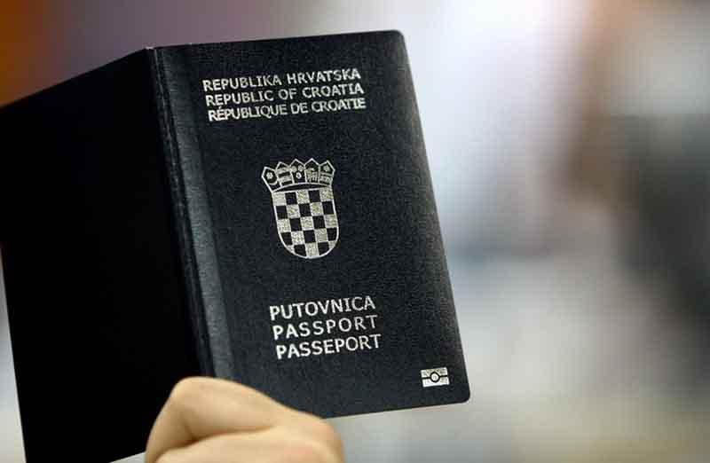 Среди всех цветов паспорта в черном цвете являются самыми редкими.