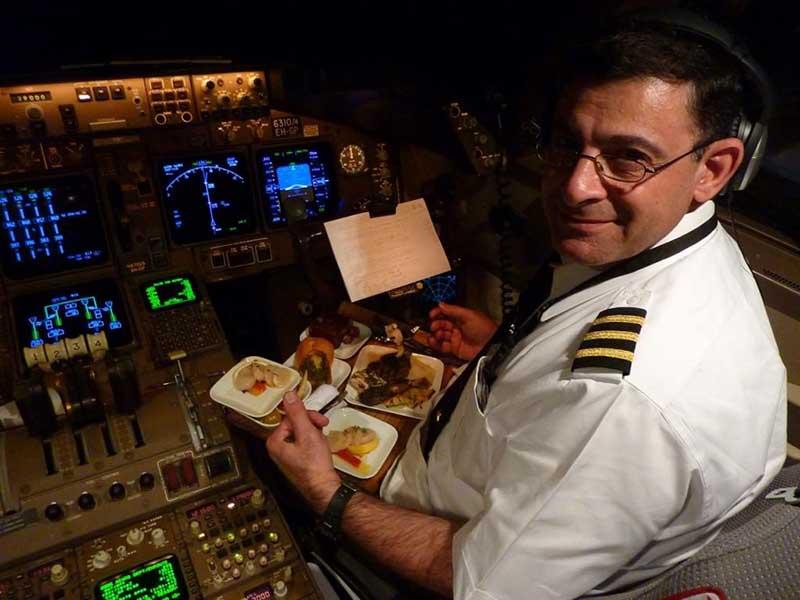 По какой причине первому и второму пилотам приносят разную еду