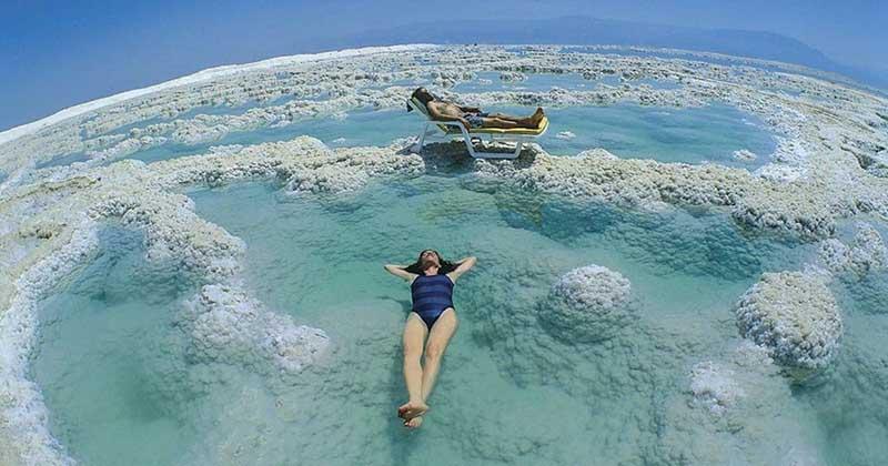 Несмотря на запреты, Мертвое море считается целебным, и многие туристы называют его «целительной жемчужиной»