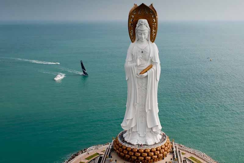 В соответствии с религиозным учением Гуань Инь являлась святой,
