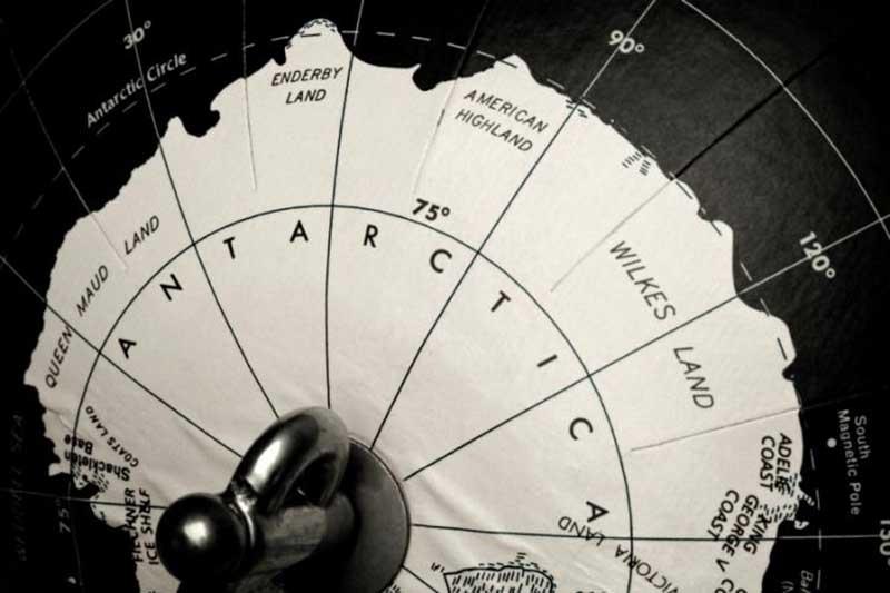 По какому времени живут в Антарктиде