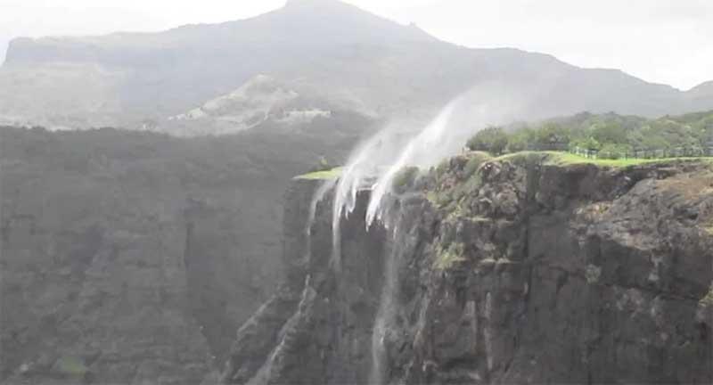 Уникальный водопад на Гавайях, который движется вверх