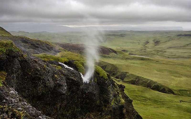 На нем также расположен не поддающийся законам физики водопад Вайпугия