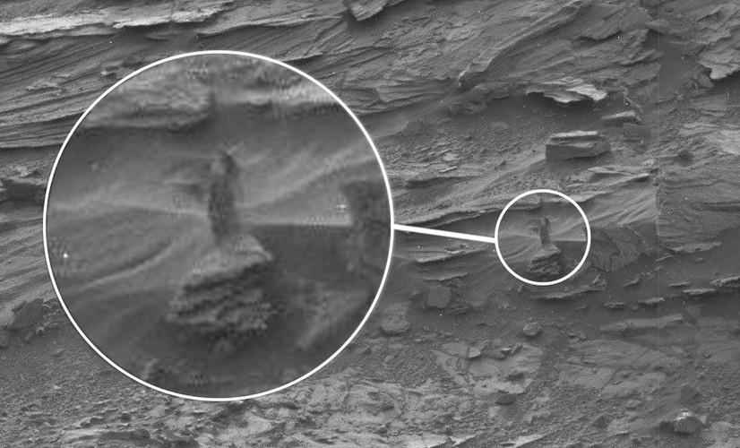 Женщина в платье на Марсе