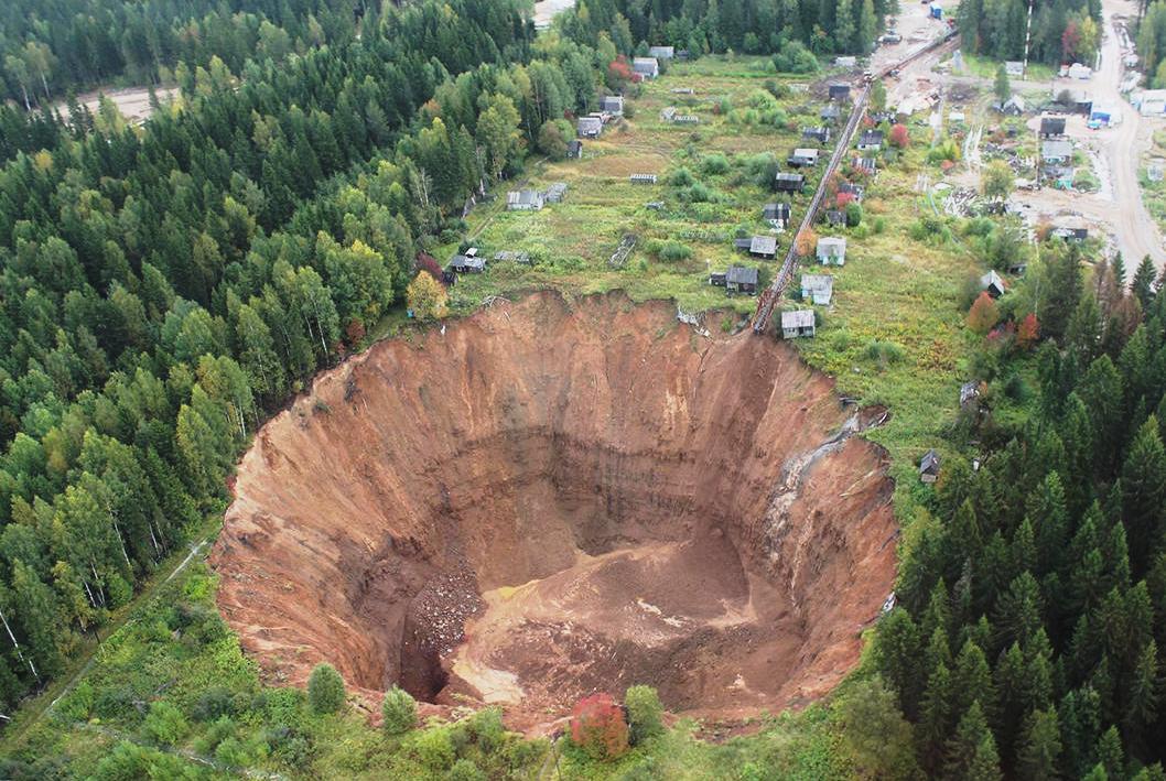 Дыра в земле в Березняках