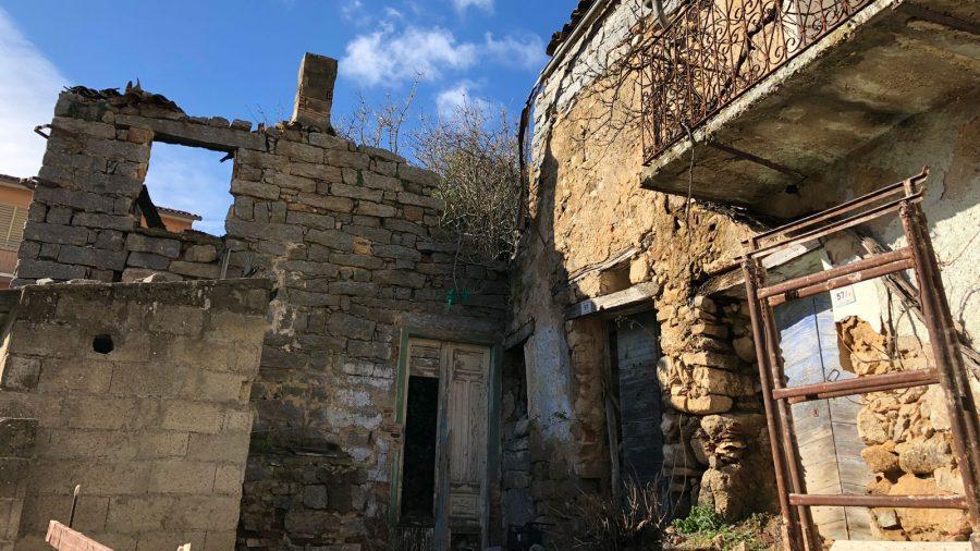 Полуразрушенный дом в Италии