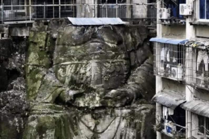 Жилой дом на статуе Будды