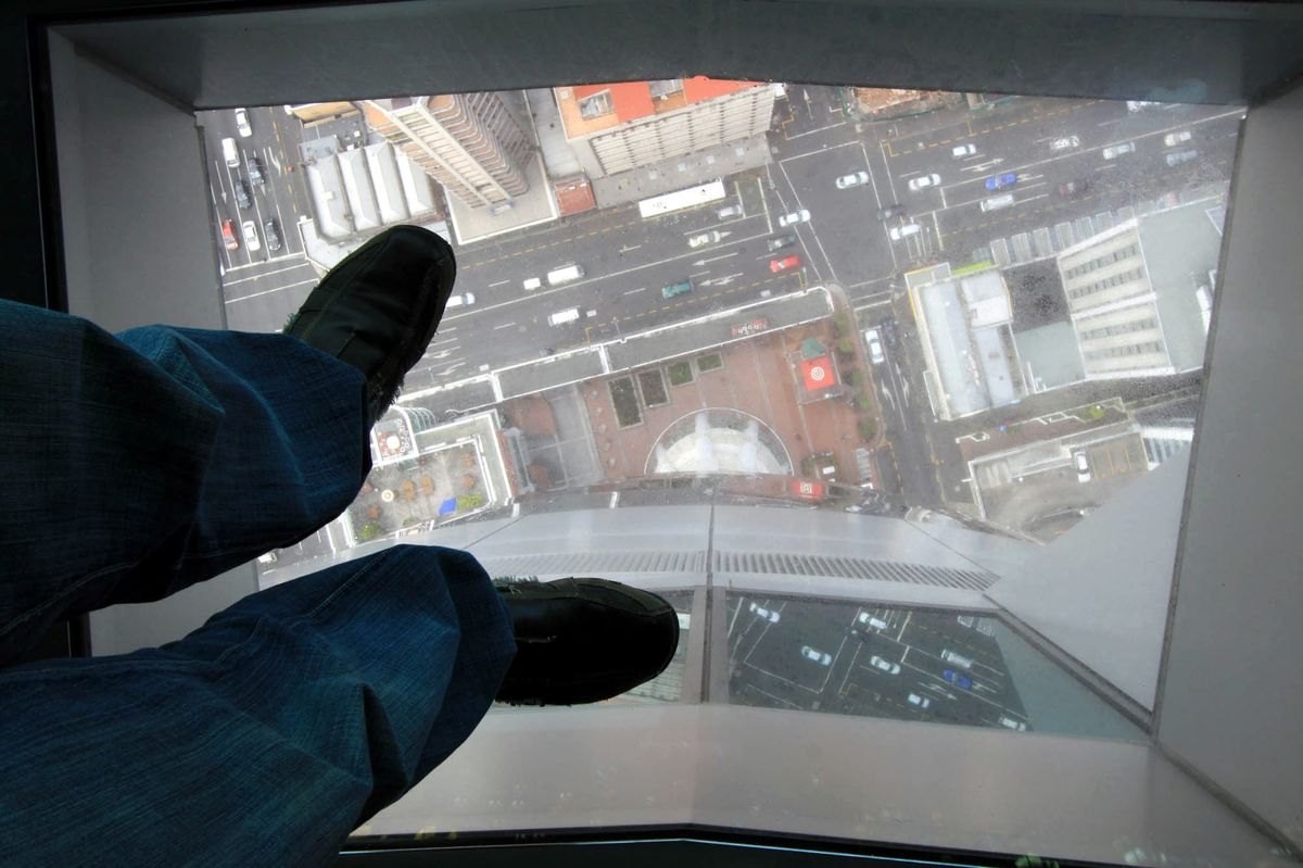 Лифт без дна в Sky Tower