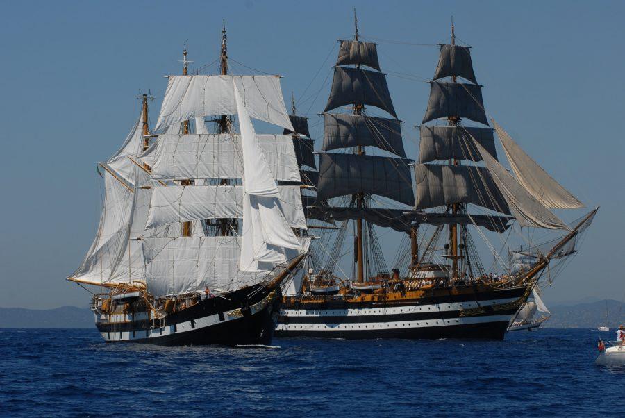 Корабли проплывающие рядом