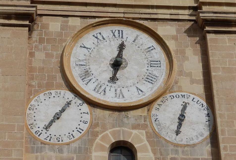Три циферблата на фасаде собора Святого Иоанна Валетта