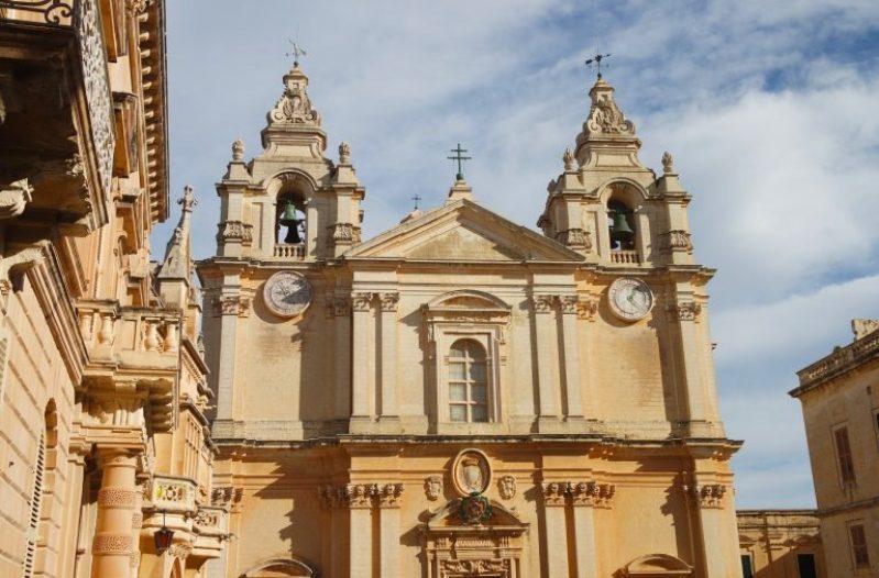 На церквях Мальты несколько часов