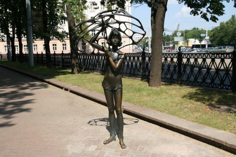 Девушка с дырявым зонтом