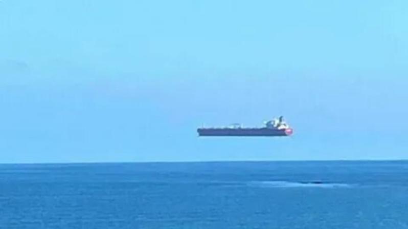 Парящий над водой корабль